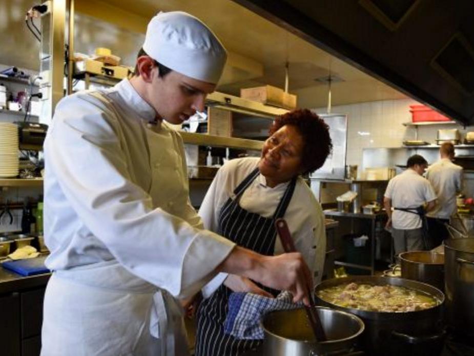 レストランで発達障害青年の夢が羽ばたく au1