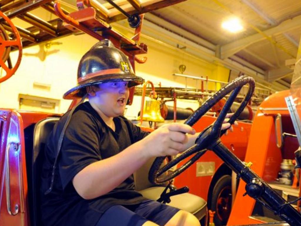 イギリスの国中の消防署を訪れている少年