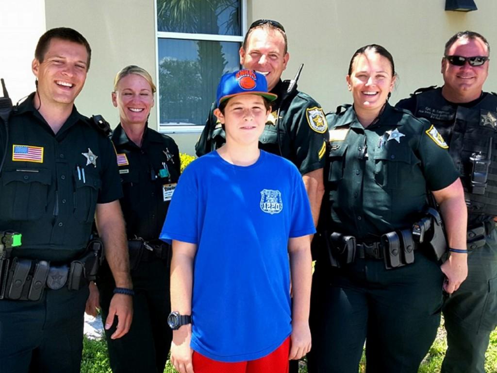 発達障害の少年が南フロリダ中の警察官に感謝する