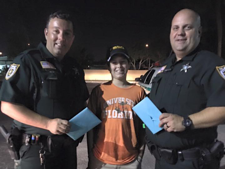 南フロリダ中の警察官に感謝カードを贈る少年 p4-2