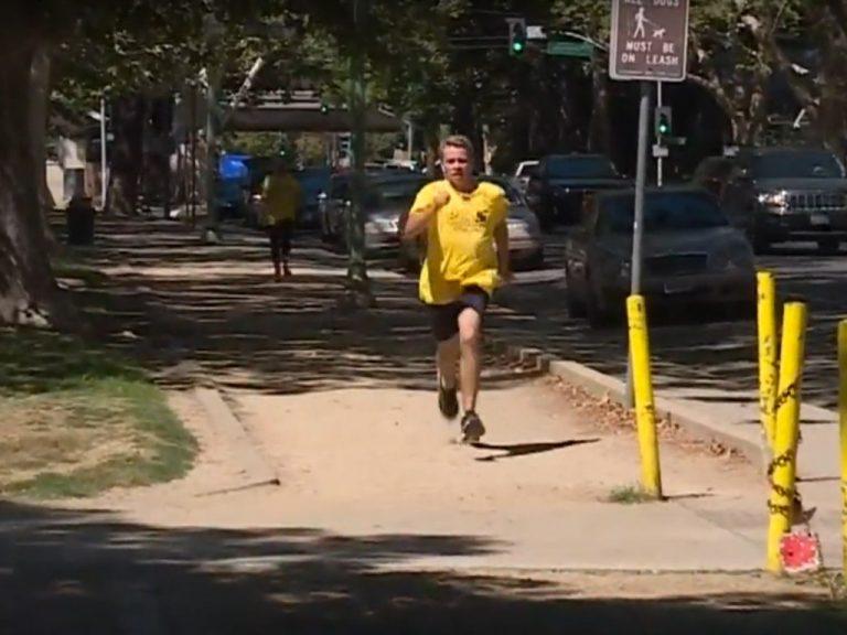 走る!走る!障害を乗り越えてきた青年。