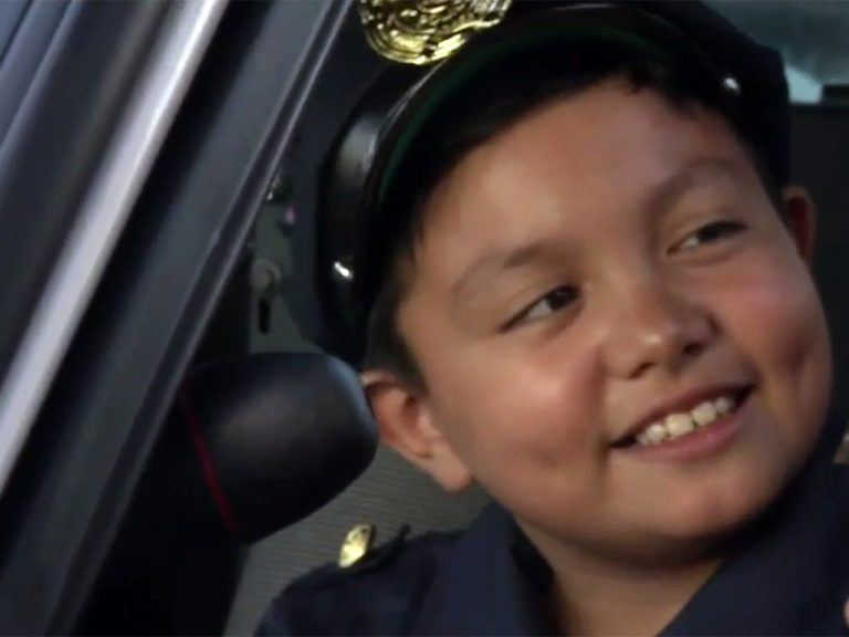 誕生日にバスと警官がやってきた。