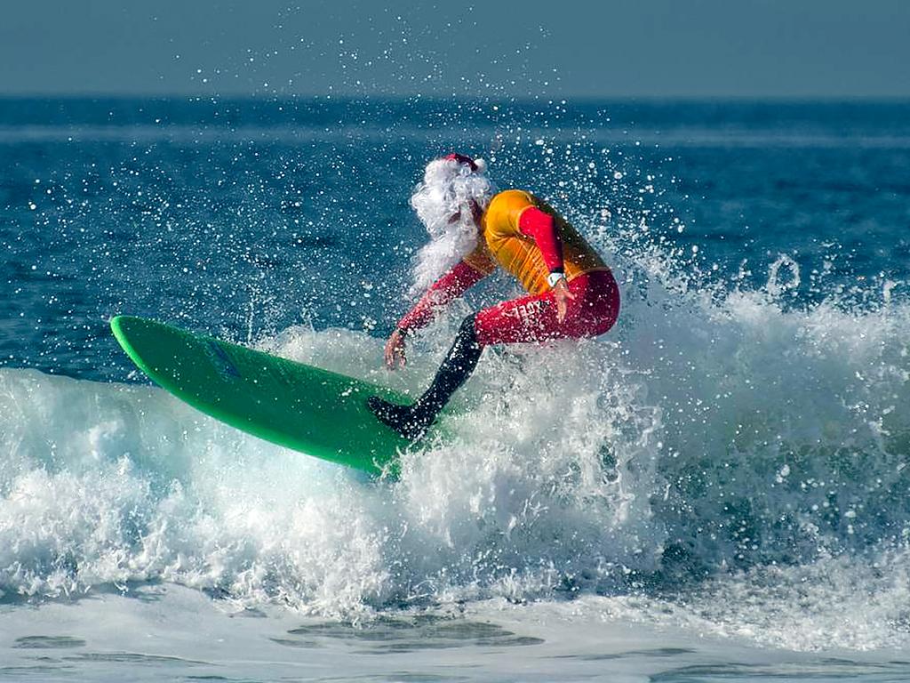 サンタがサーフィンして発達障害児を支援