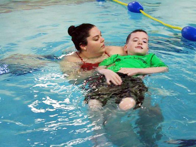 発達障害の子の溺死を防ぐため水泳を教える