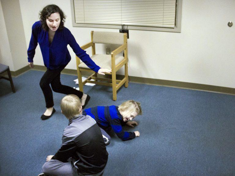 コントで発達障害の子たちが感情表現を学ぶ