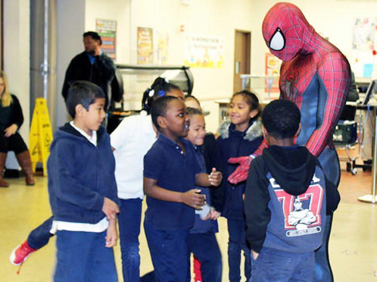 いじめをなくしに学校に来るスパイダーマン