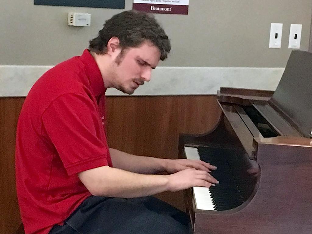 発達障害青年のピアノで違うみんなが集まる