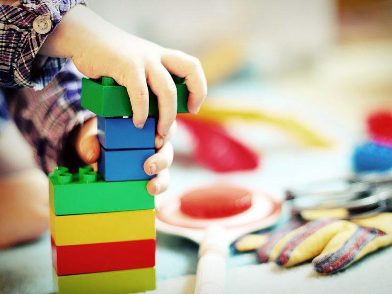 自閉症の子供たちは物理的な世界を探求する