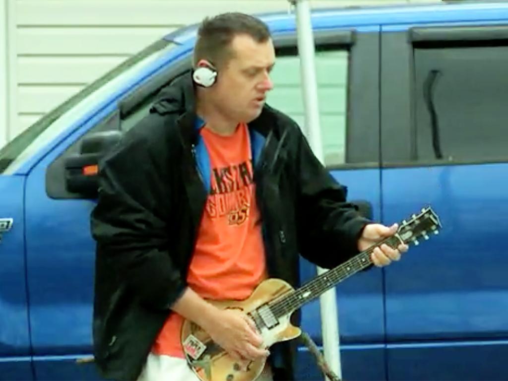 発達障害のエアギタリストに本物が贈られる g10