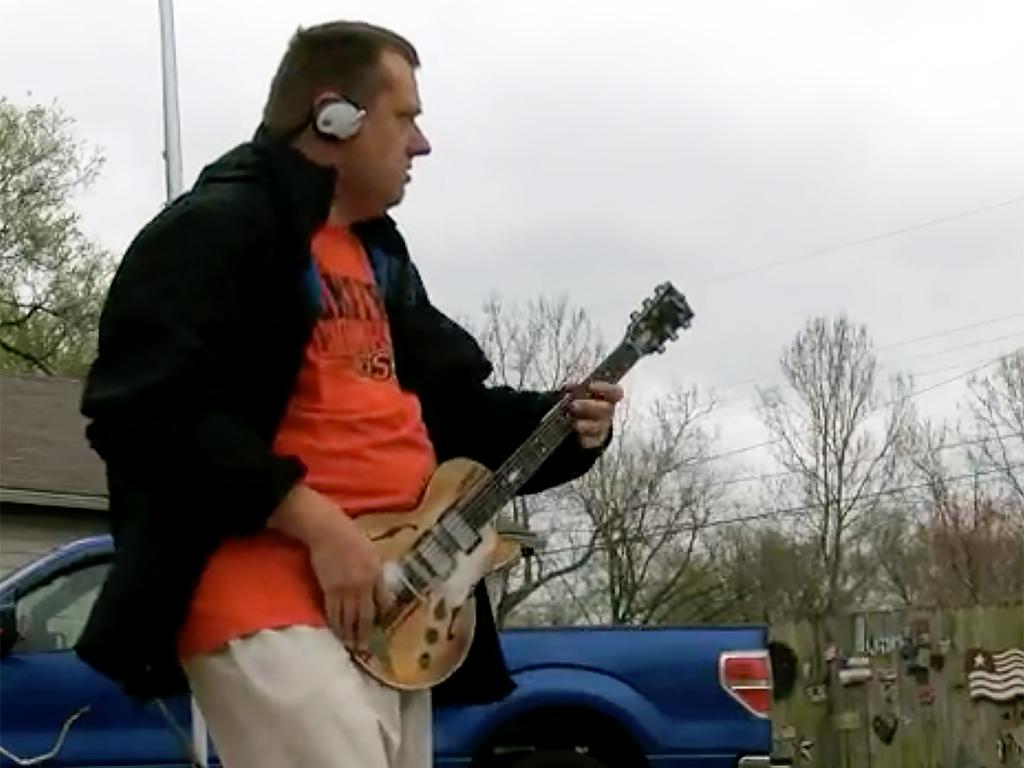 発達障害のエアギタリストに本物が贈られる