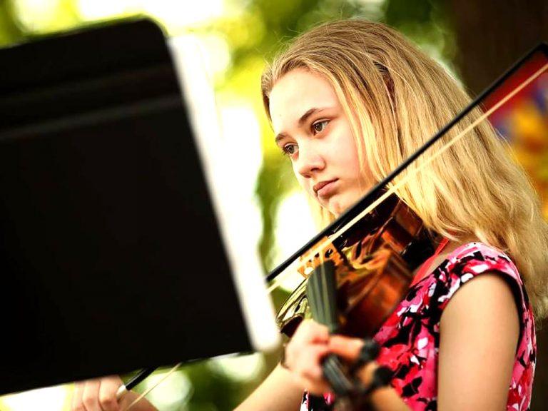 発達障害の少女を輝かせたネット学校と音楽