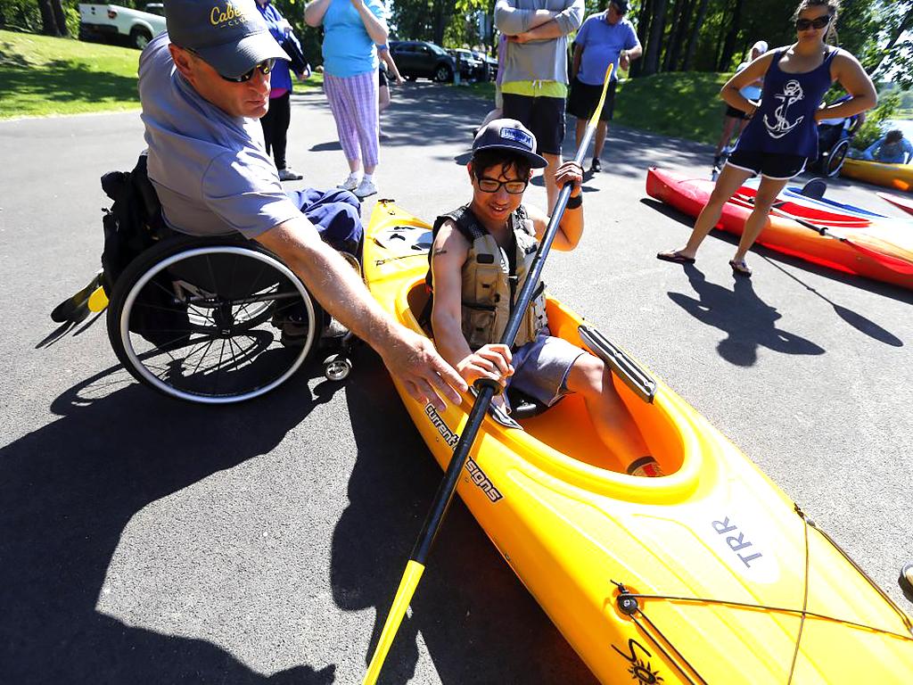 発達障害の人たちに、安全に水で遊べる支援