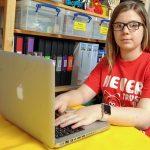 自宅で学ぶ発達障害の少女が人工知能の開発