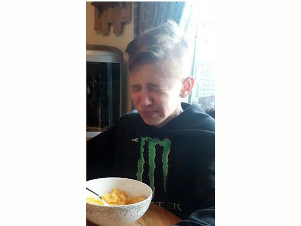 苦手な食べ物に毎日挑戦する発達障害の少年 b2