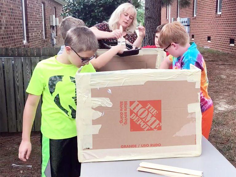 発達障害の子たちがダンボール船で学ぶ