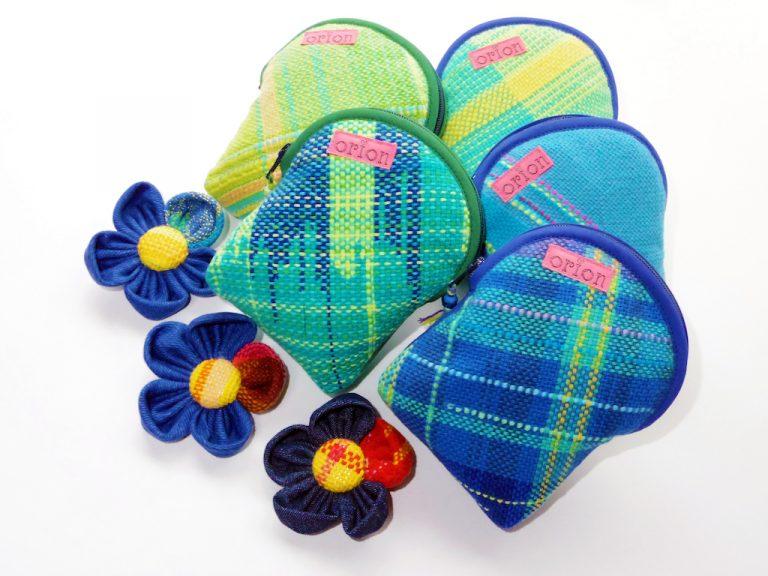 さをり織りの縦長ポーチとお花のブローチ・織音(おりおん)