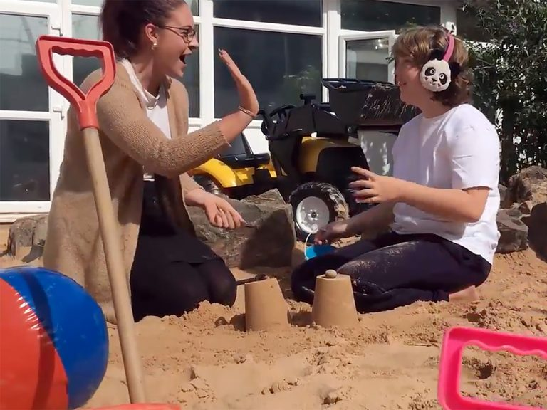 発達障害の子たちを喜ばせた手作りのビーチ