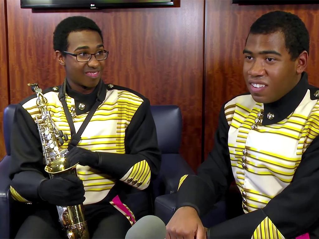 発達障害の双子の少年はお互いを尊重して、バンドと人生を楽しむ