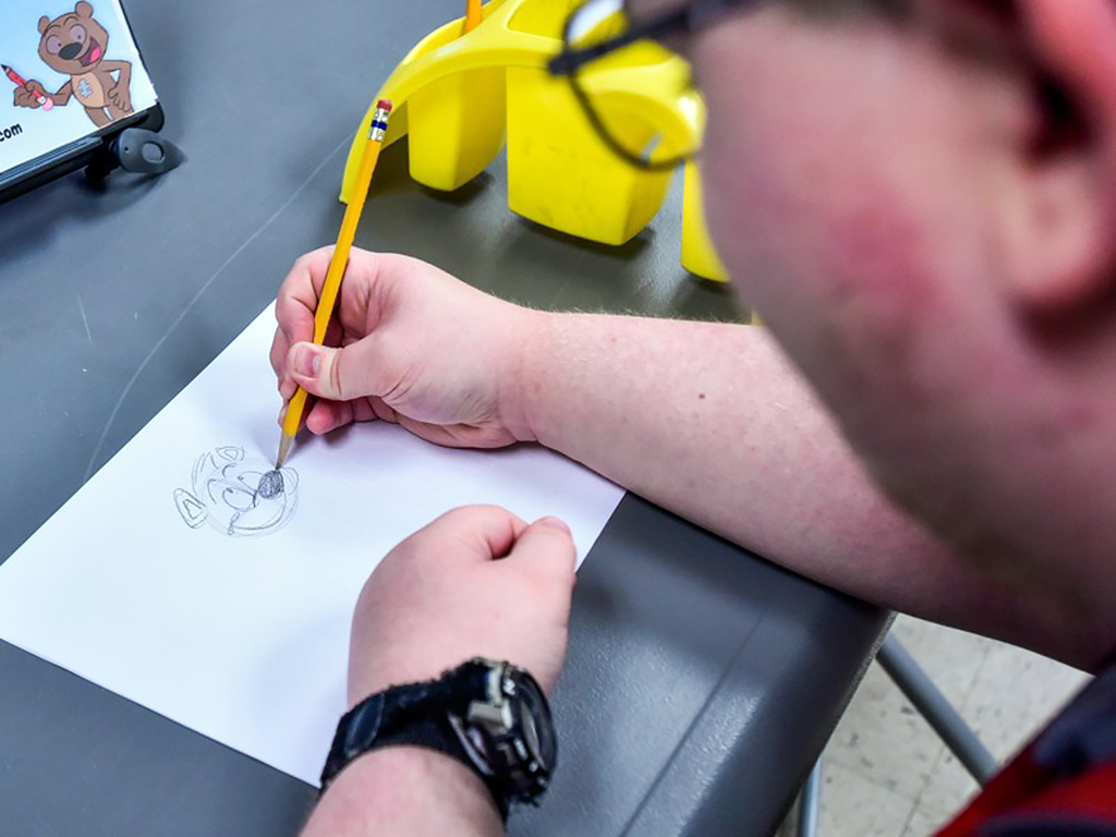発達障害の生徒がそれぞれの子の困難を助けるためのまんがを描く
