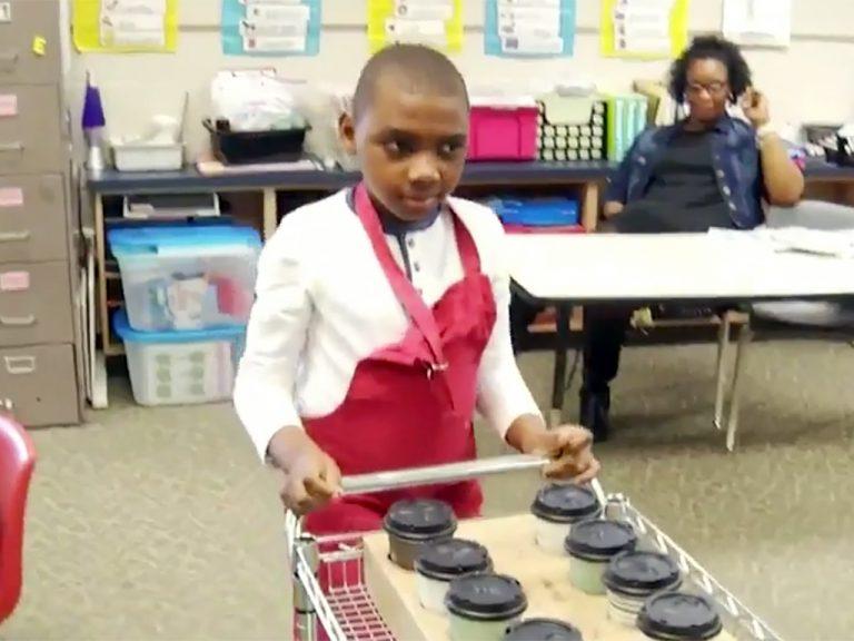 特別支援学校の生徒たちは先生にコーヒーを販売し日常生活を学ぶ