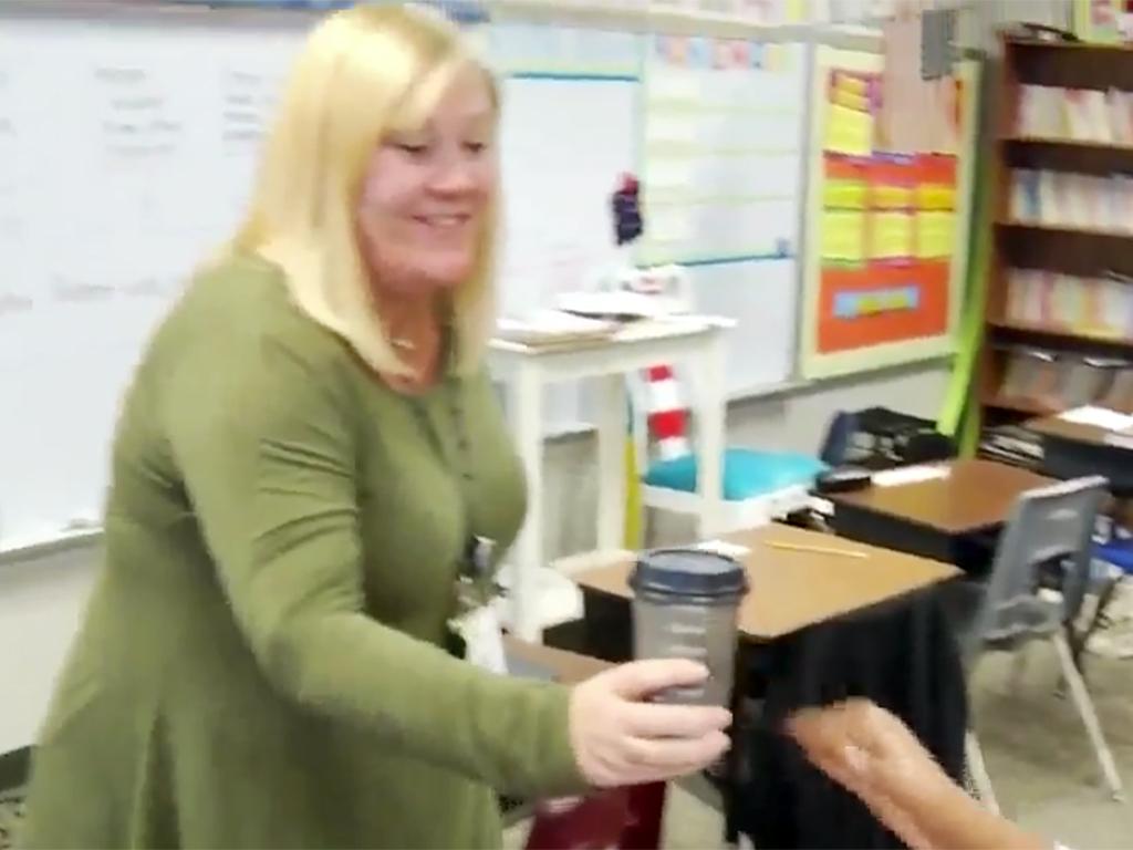 特別支援学校の生徒たちは先生にコーヒーを販売し日常生活を学ぶ c5