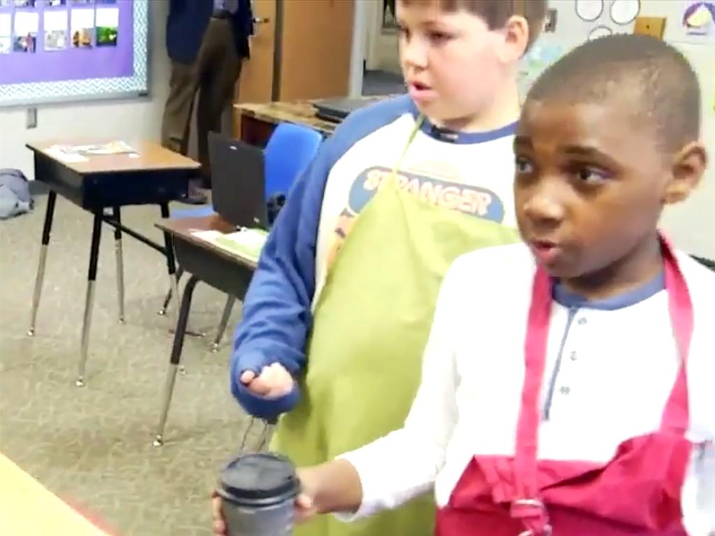 特別支援学校の生徒たちは先生にコーヒーを販売し日常生活を学ぶ c8