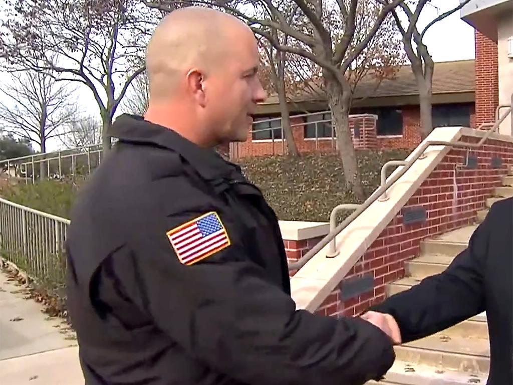 警察官が発達障害の少年にずっと夢に願っていたプレゼントを贈る k7