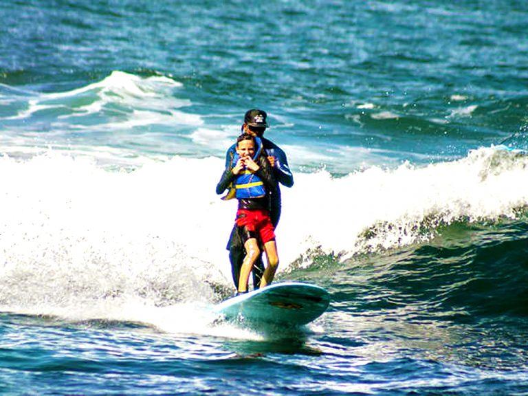 世界を回る自閉症などの発達障害の子たちへのサーフィンキャンプ
