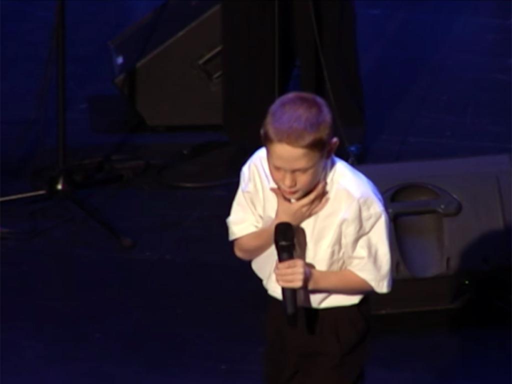 発達障害で盲目の少年が人の可能性を歌う u4