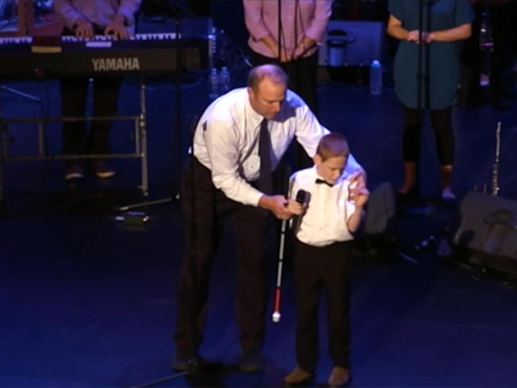 発達障害で盲目の少年が人の可能性を歌う u5