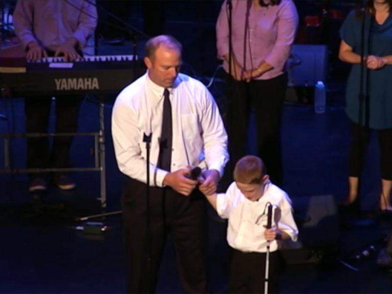 発達障害があり目も見えない少年が、全ての人が持つ可能性を歌う