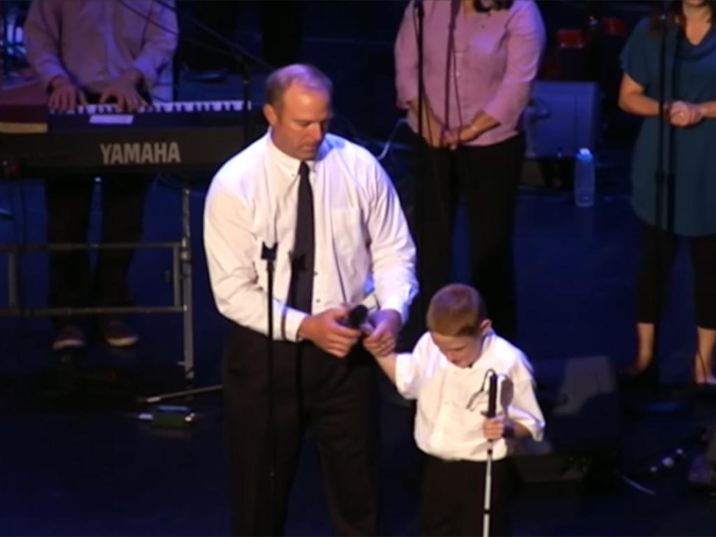 発達障害で盲目の少年が人の可能性を歌う