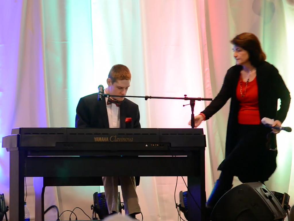 発達障害で盲目の少年が人の可能性を歌う u9