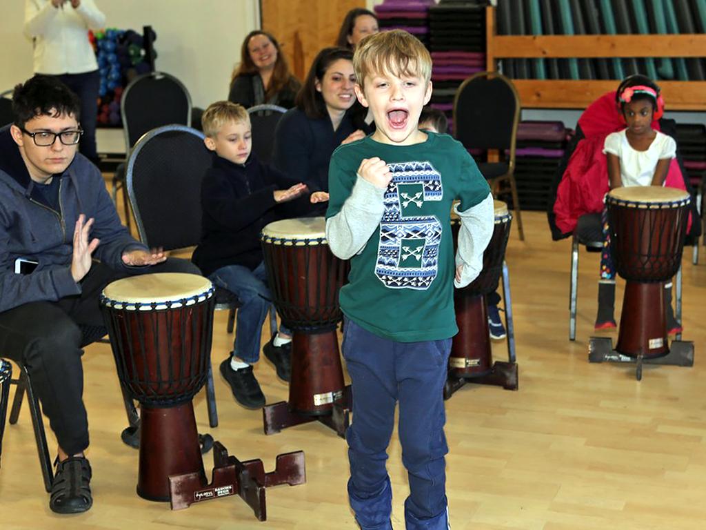 アフリカの太鼓を叩いて発達障害の子が発達障害の子を助ける機会 d1-1