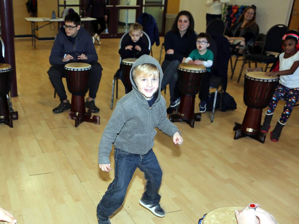 アフリカの太鼓を叩いて発達障害の子が発達障害の子を助ける機会 d3-1