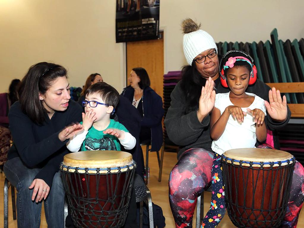 アフリカの太鼓を叩いて発達障害の子が発達障害の子を助ける機会 d4-1