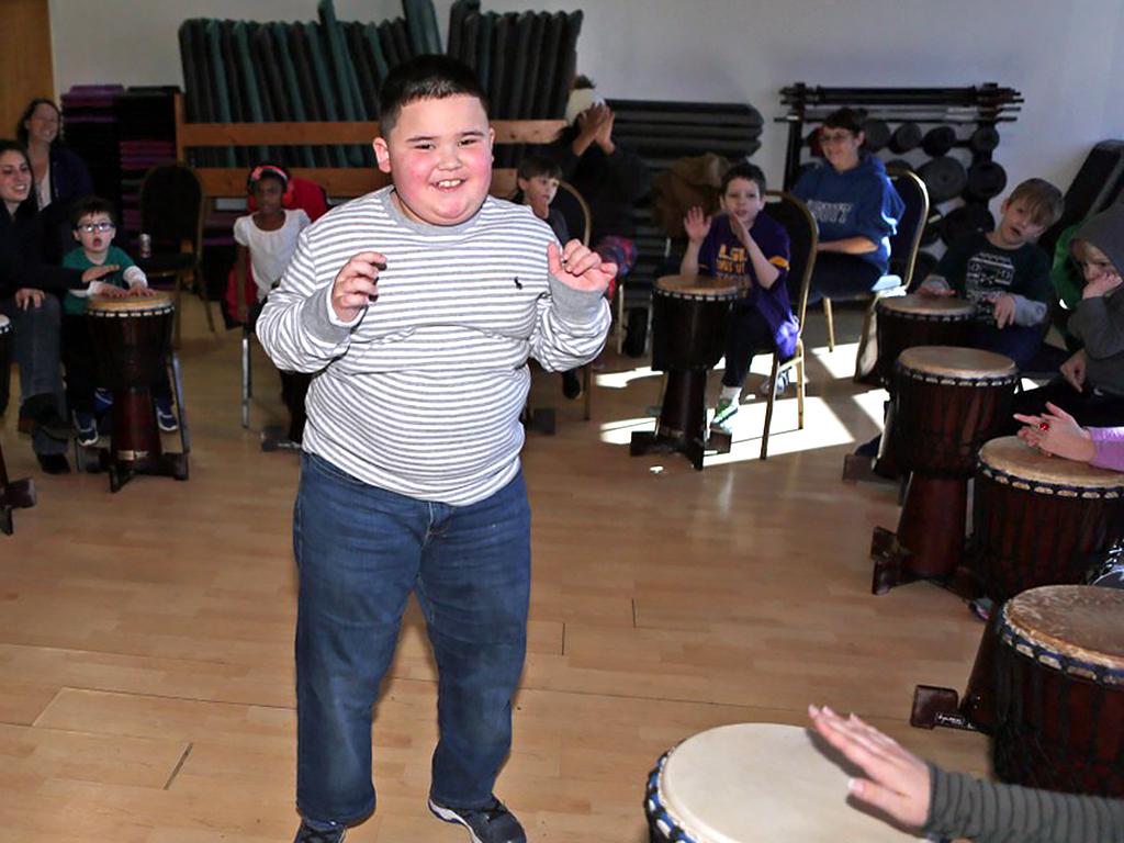 アフリカの太鼓を叩いて発達障害の子が発達障害の子を助ける機会