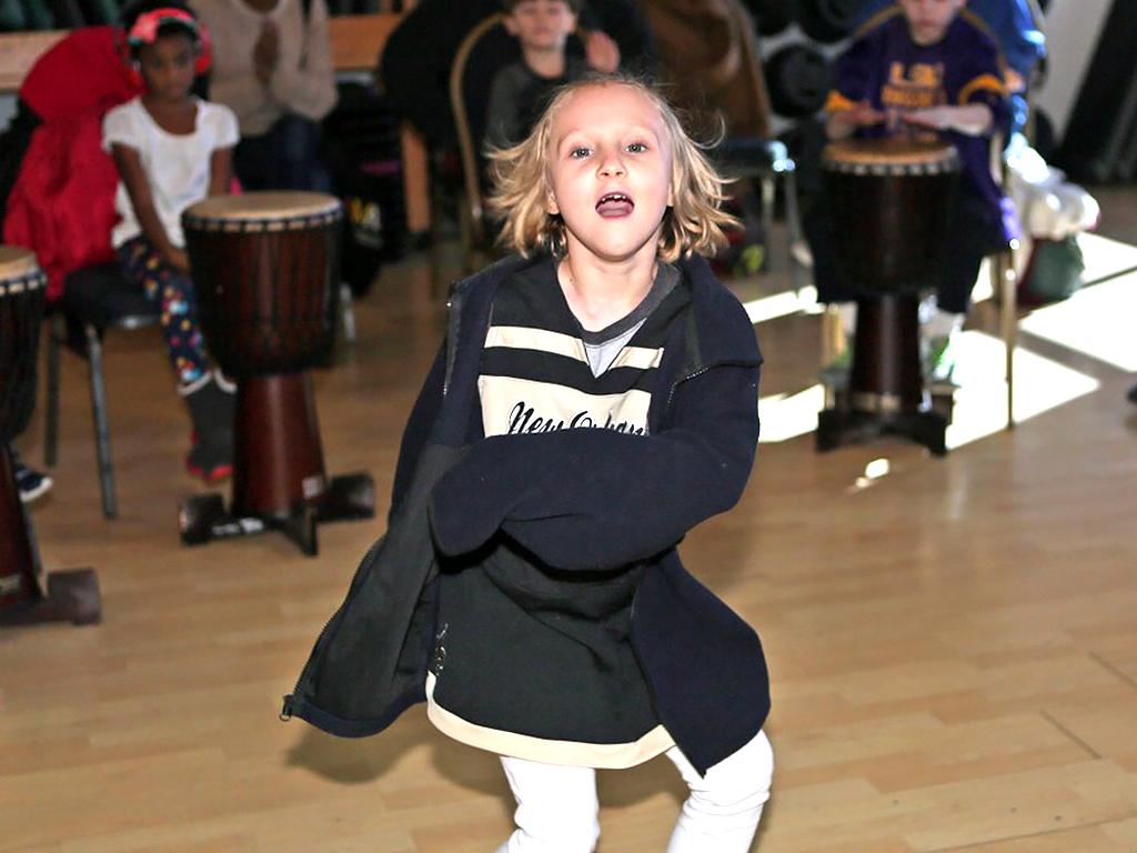 アフリカの太鼓を叩いて発達障害の子が発達障害の子を助ける機会 d7