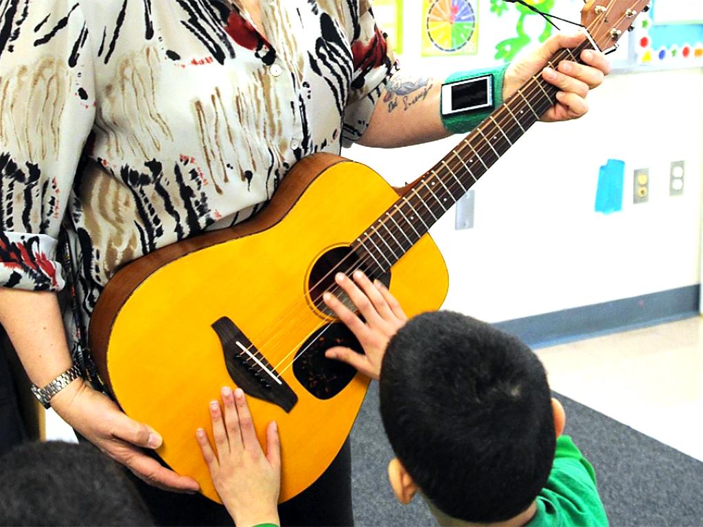 音楽を通じて自閉症スペクトラム障害の子どもの言語発達を支援
