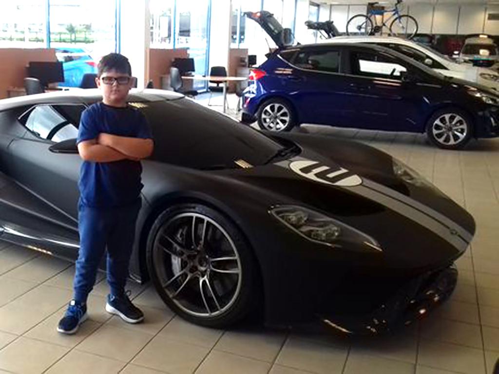 スポーツカー好きな発達障害の少年がポルシェのお店で夢を叶える p1