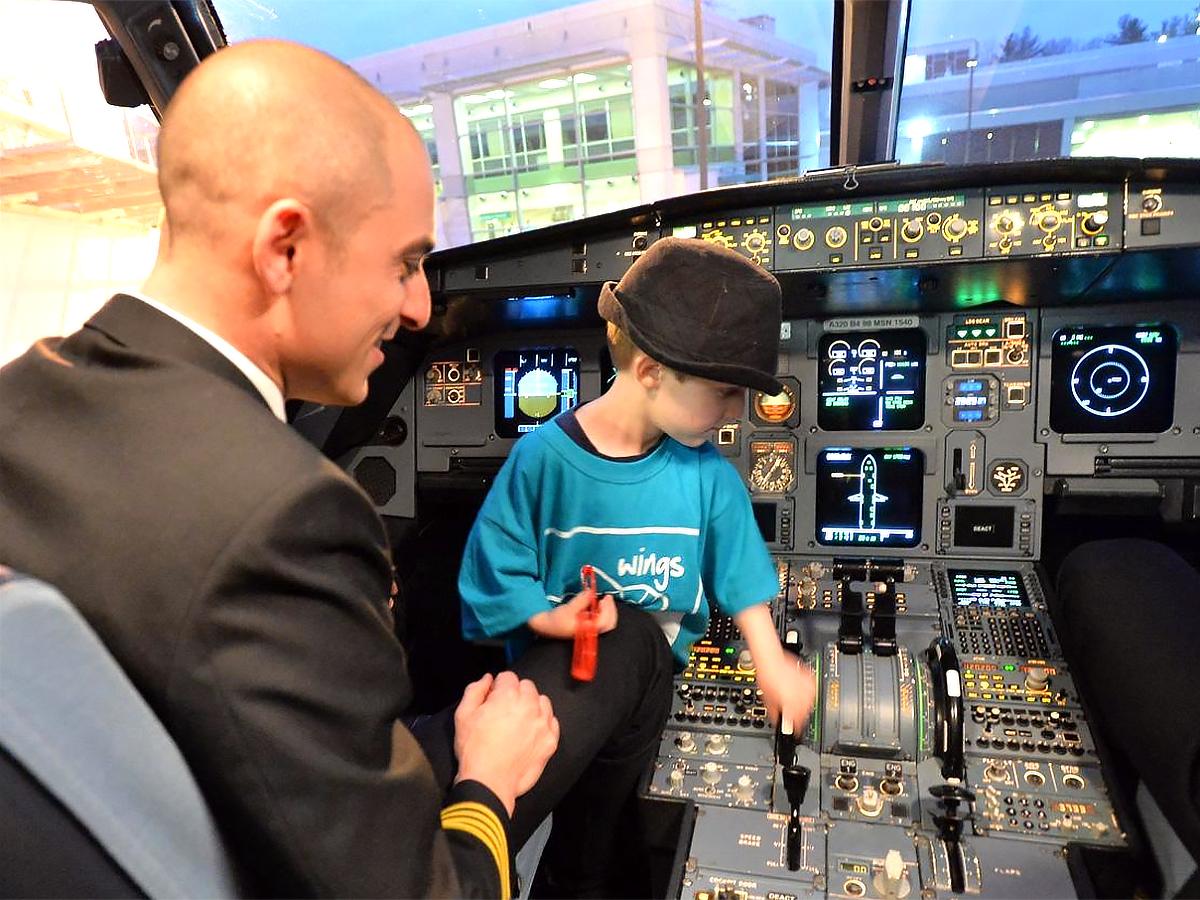 発達障害の子と家族が空港で搭乗手続きと離陸準備を経験する機会