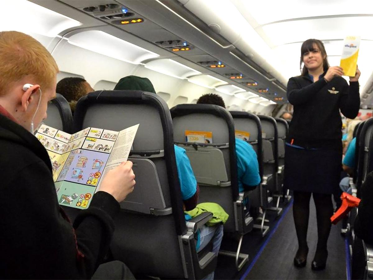 発達障害の子と家族が空港で搭乗手続きと離陸準備を経験する機会 a2