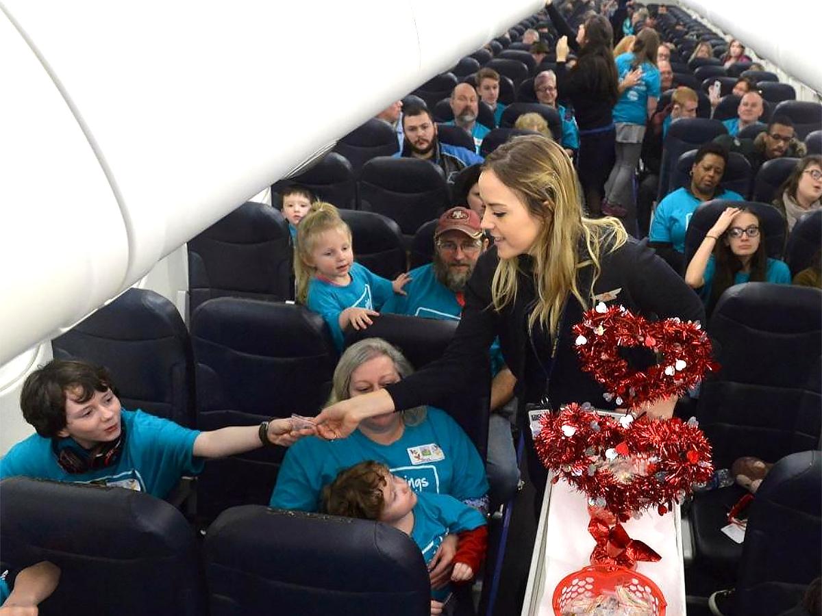 発達障害の子と家族が空港で搭乗手続きと離陸準備を経験する機会 a3