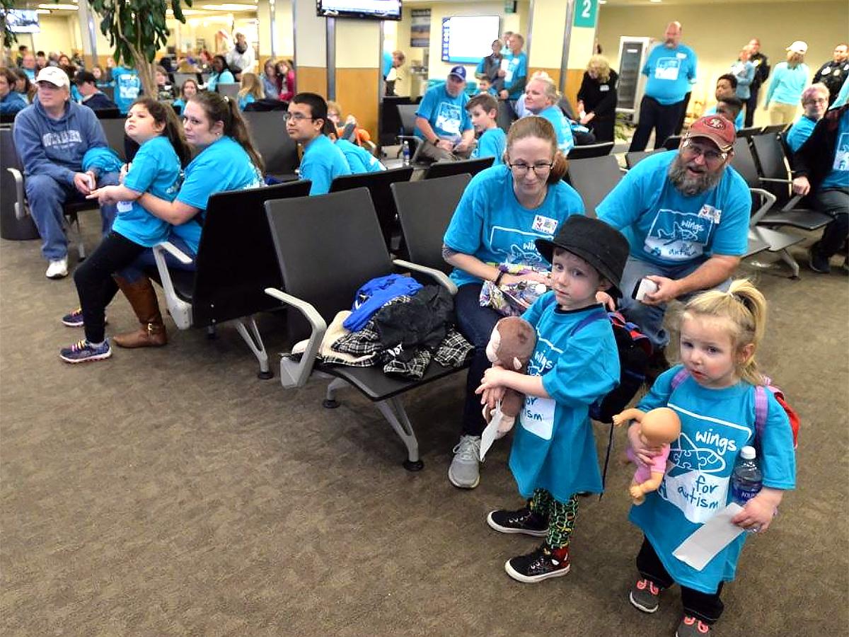 発達障害の子と家族が空港で搭乗手続きと離陸準備を経験する機会 a4-1