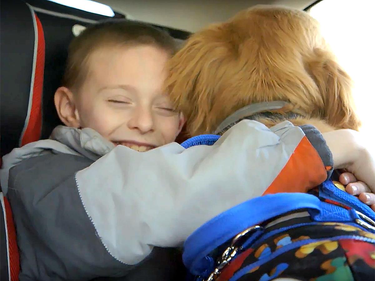 発達障害の子の介助犬が友だちになって日々の不安から助けている
