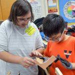 発達障害の方から子どもたちは木工を学ぶ