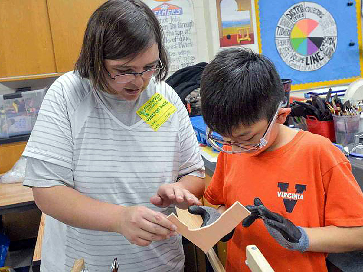 知的障害、発達障害の人たちが子どもたちに木の工作を教える