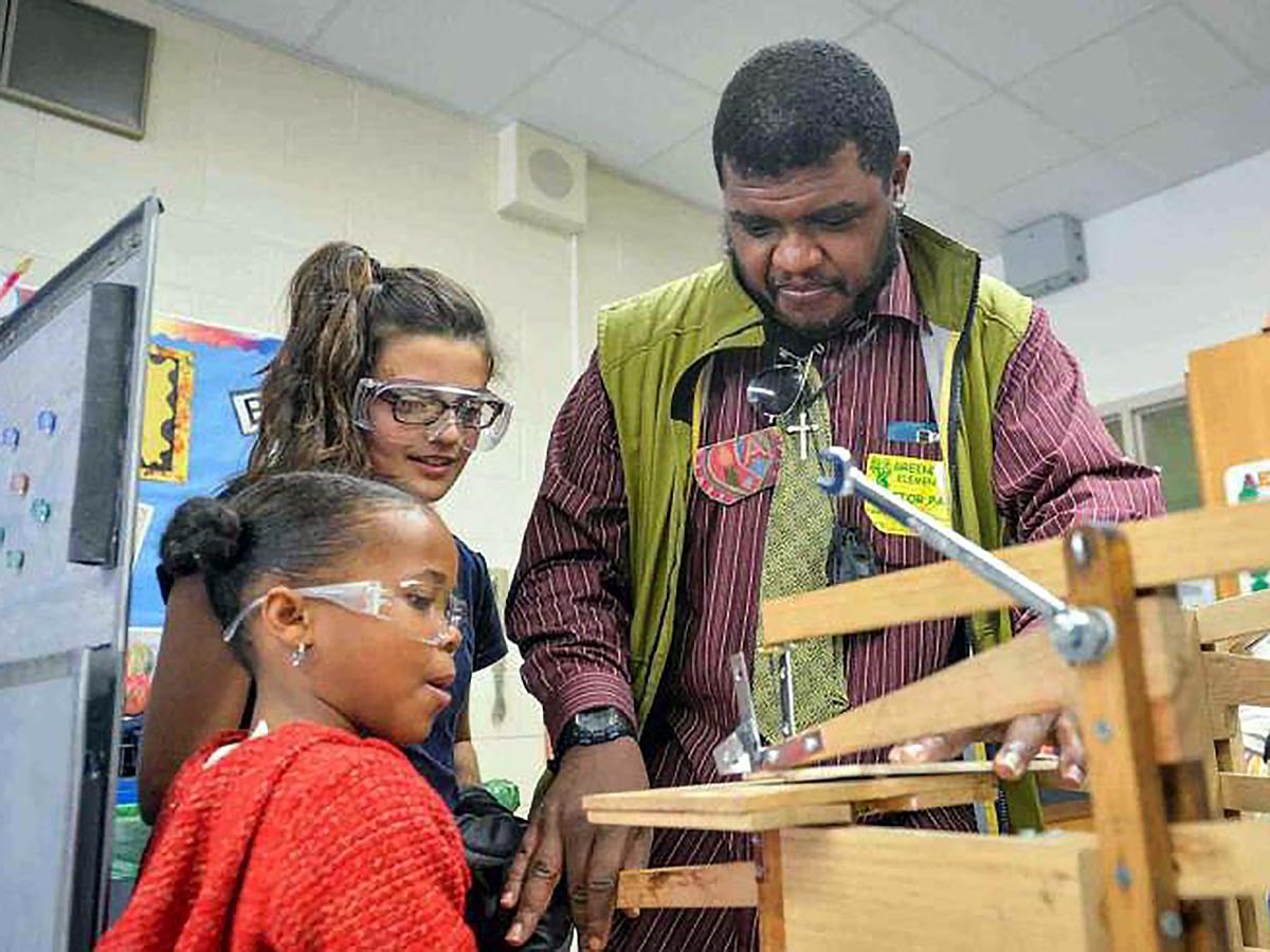 知的障害、発達障害の人たちが子どもたちに木の工作を教える m9-1