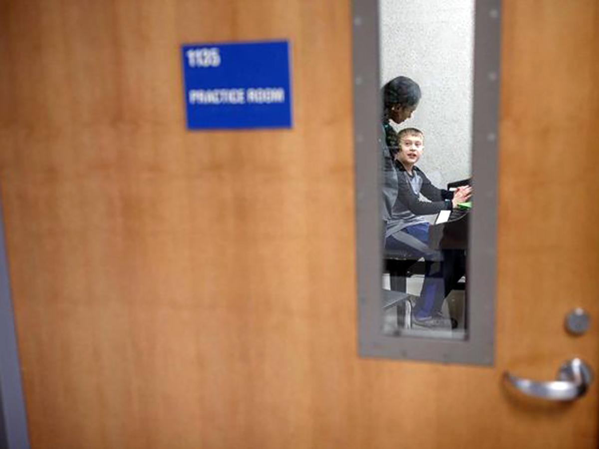 医師を目指している高校生が地元の発達障害の子にピアノを教える p1-1