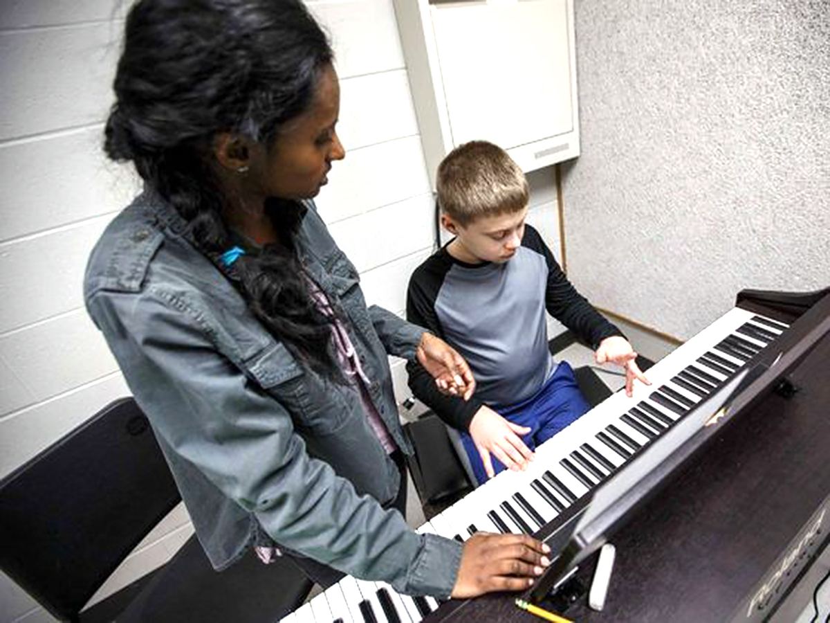医師を目指している高校生が地元の発達障害の子にピアノを教える p2-1